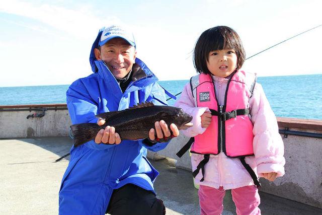 足場の良いエリアやテトラ帯、ゴロタといろいろなシチュエーションで釣りを楽しむ事が出来ます。