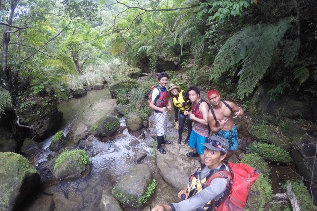【西表島・ジャングルトレッキング】目指すは滝上の絶景ランチ!ユツン3段の滝・貸切ツアー