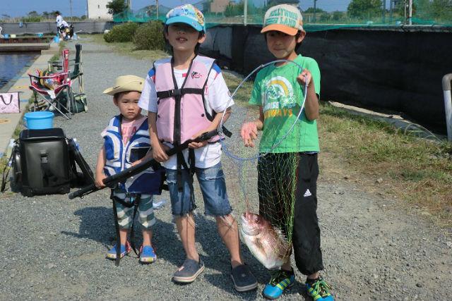 【三重・釣り場】最大9時間の陸上釣り堀ファミリー体験!ヒラメ1枚のおみやげ付き!(親子ペア1組限定)