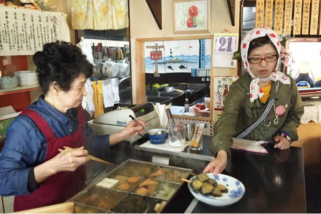 地元ガイドと店員さんとの、温かい会話もツアーの魅力。どこかなつかしい、ホッとできる雰囲気です。