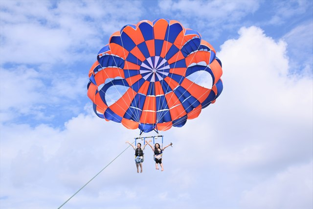 【沖縄・那覇市・パラセーリング】那覇空港から10分!パラセーリングで空を飛ぼう(ロープの長さ200m)