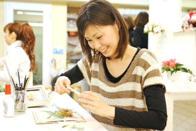 【山梨・フラワーアレンジメント教室】アートなお花のインテリア!プリザーブドフラワー作品づくり