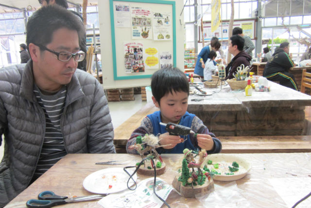 【静岡・木工教室・どんぐりジオラマ制作教室】「シーソーで遊ぶウサギとクマ」を親子で作ろう