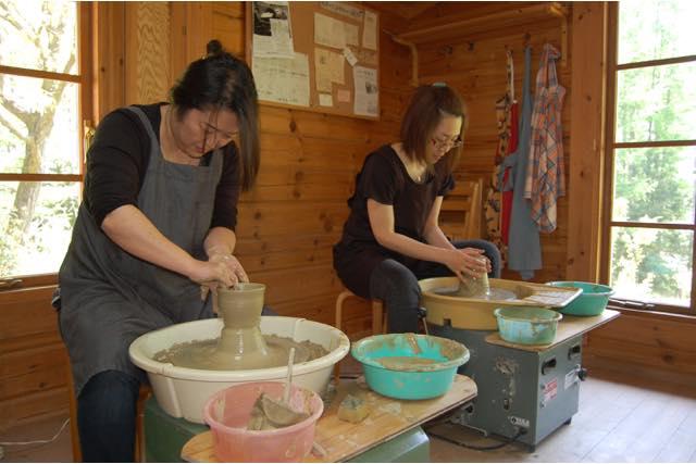 【山梨・北杜市・陶芸体験】郊外にある陶房で、電動ろくろ体験