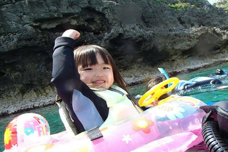 【沖縄・青の洞窟・シュノーケリング】1歳~5歳、60歳以上の方もご参加OK!ぷかぷかシュノーケリング★水中写真&餌付け無料サービス!