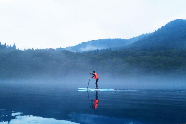【秋田・SUP】日本一深い湖・田沢湖を水上散歩!五感で感じる神秘のエメラルドブルー