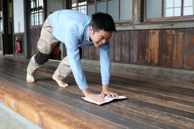 【愛媛・田舎暮らし体験】日本一長い廊下を無心で走る!雑巾がけ体験