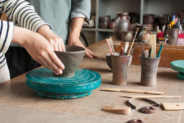【愛媛・弓削島・手びねり】薪窯で備前焼の素朴な風合いを楽しむ。器など1~2点