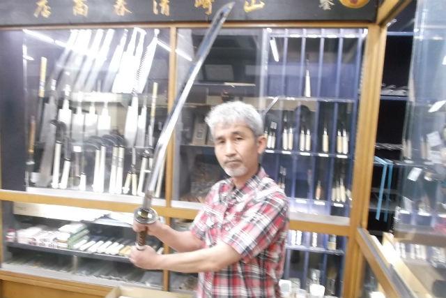 【広島・尾道・日本の伝統文化】缶バッジ付!100年続く刃物屋で日本刀を構えて写真撮影