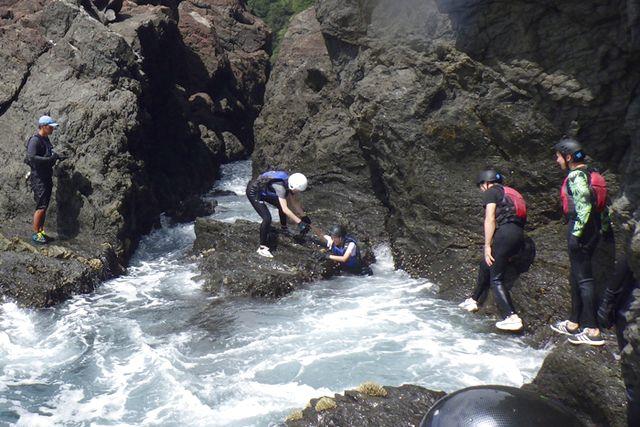 【2.5%還元】【徳島・美波・海遊び】海岸線を歩き・登り・泳ぐ、新しいスポーツ!コーステアリング【1名から予約可能】