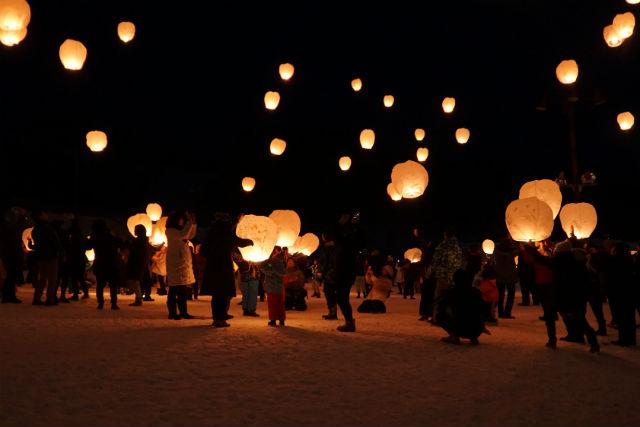 【新潟・津南・スキー場】雪国の夜空に舞う祈りの灯り。空飛ぶランタン打ち上げ体験
