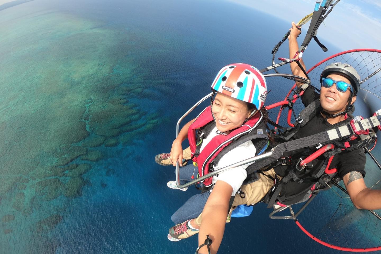 【沖縄・南城・モーターパラグライダー】輝く海を上から見下す!パラグライダー体験