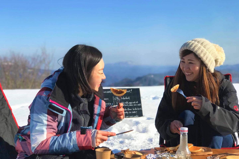 【新潟・十日町・スノーシュー】雪積もる森でシロップ採集&米粉パンケーキ作り体験!