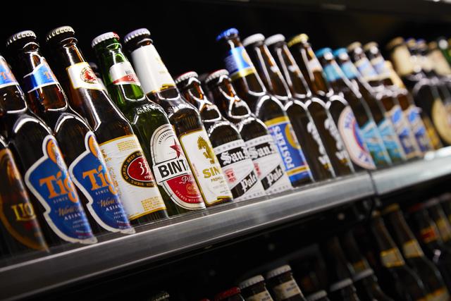 【空中庭園で世界旅行気分?!】セットでお得な入場券+約50種類から選べる世界のビール付きプラン